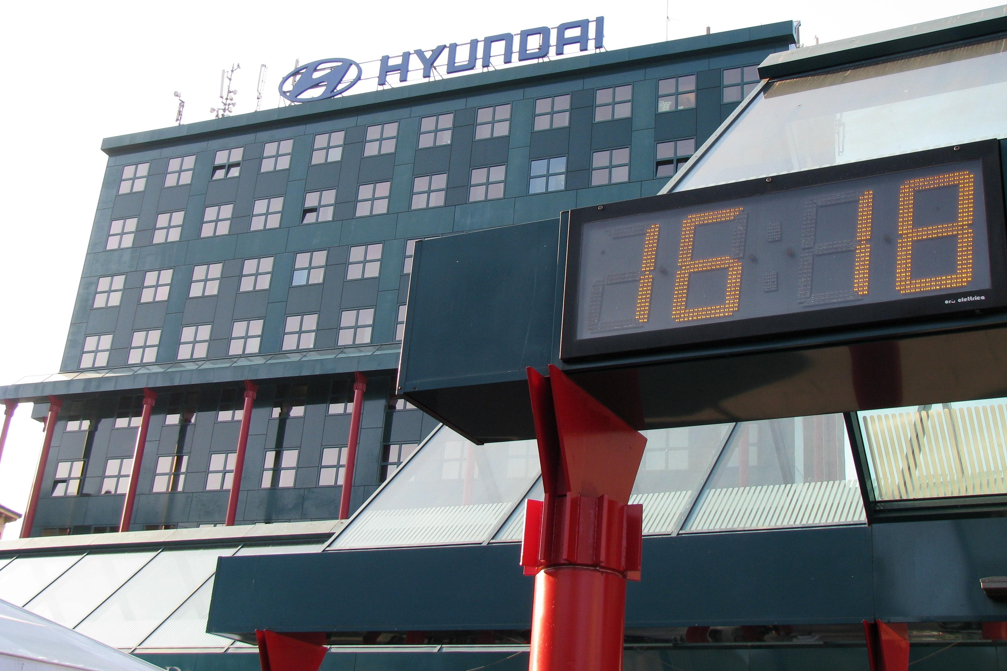 """图5 意大利米兰大街上的""""现代汽车""""标志,刘谦功摄,2011年高清图片"""